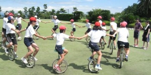 Elementary school students in their gym clothes at unicycling. Photo courtesy: Bellmark.co.jp