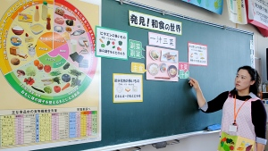 Masako Otsubo lectures on Shoku-iku during lunch at Harumichi Elementary School in Yamatokoriyama, Nara Prefecture. (Danielle Nerman/CBC